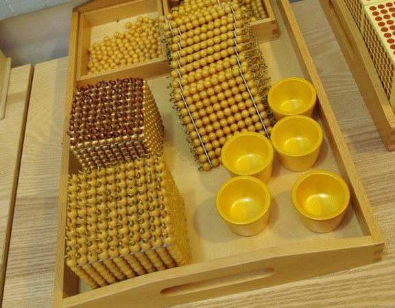 Montessori_Materiel_(golden_beads)_Wi_School