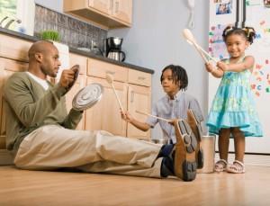 pai-criancas-brincando-1354205890862_615x470